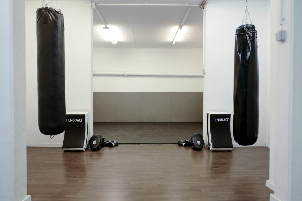 fengbao-kung-fu-schule-wien-1180-unterricht-raum-trainingsraum-boxsack-schlagpad-mattenboden-martial-arts-kampfkunst